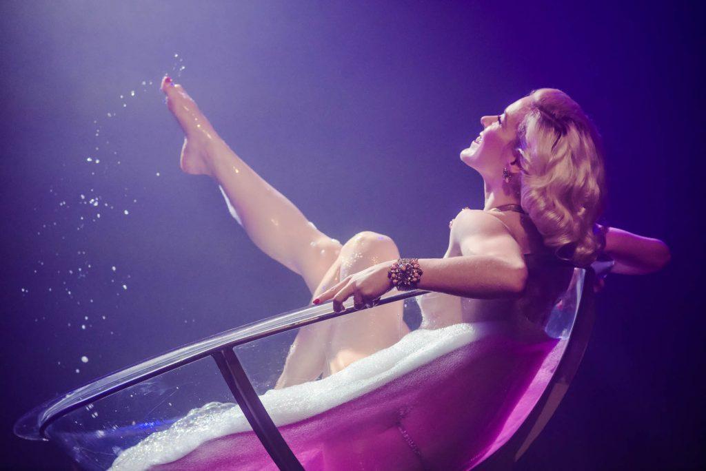 Fay Loren neemt een bad in een champagne glas