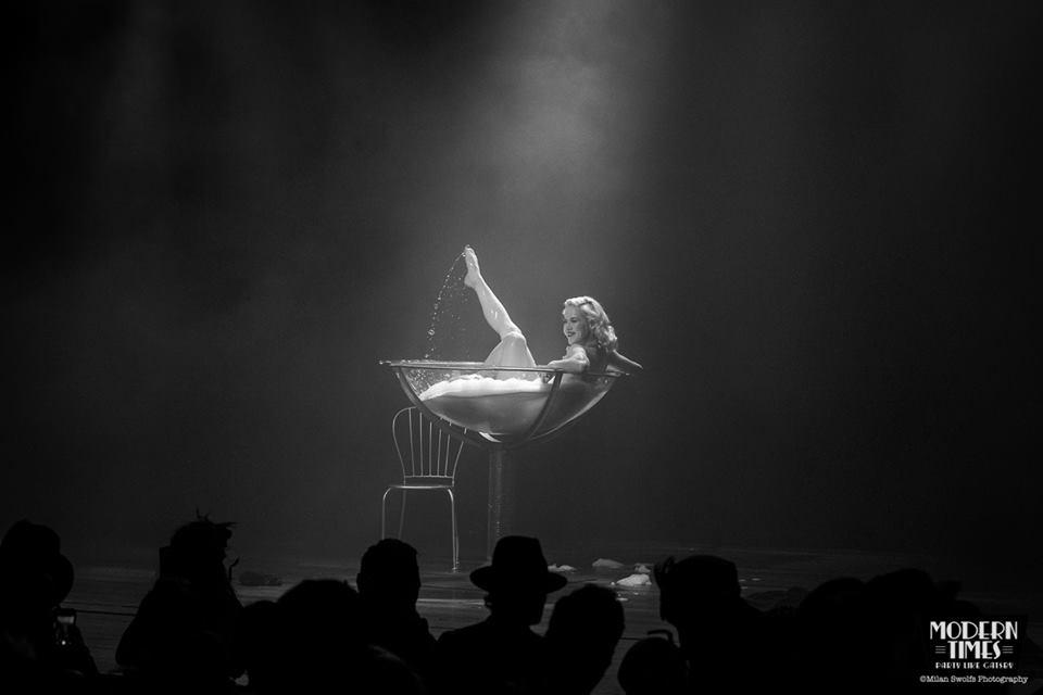 Burlesque danseres Fay Loren neemt een bad in een champagne act
