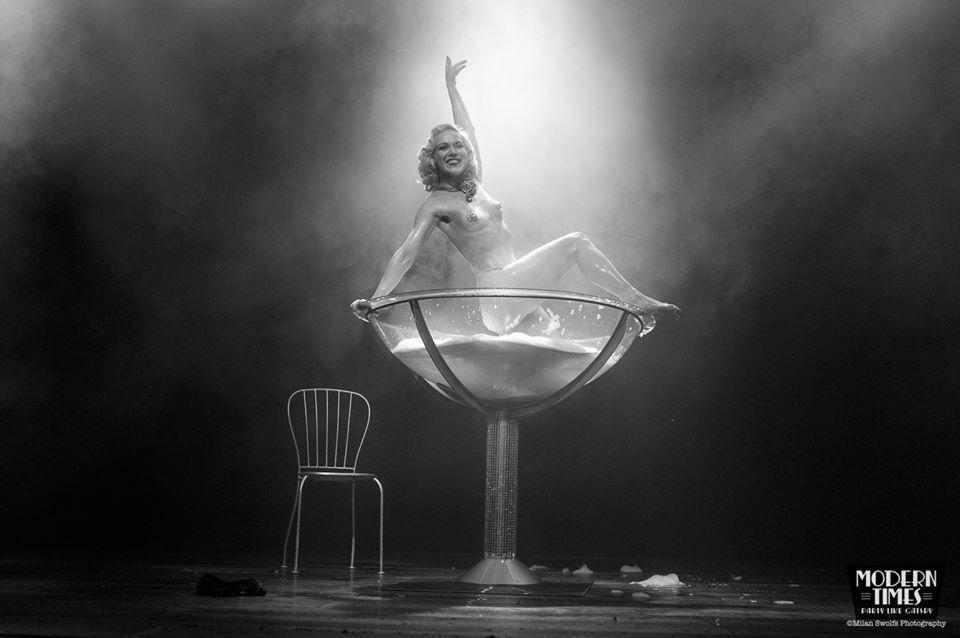 Fay Loren neemt een bad in een champagne glas performance