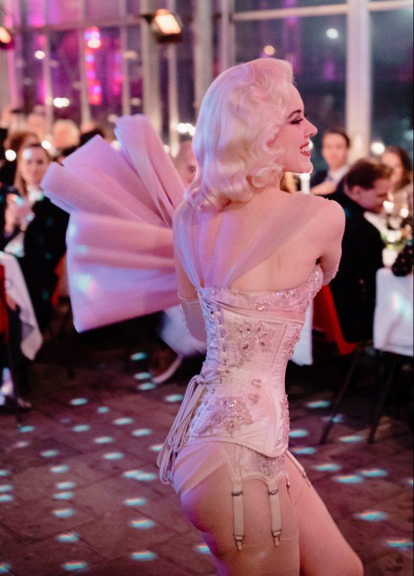 Burlesque danseres Fay Loren danst op een besloten evenement