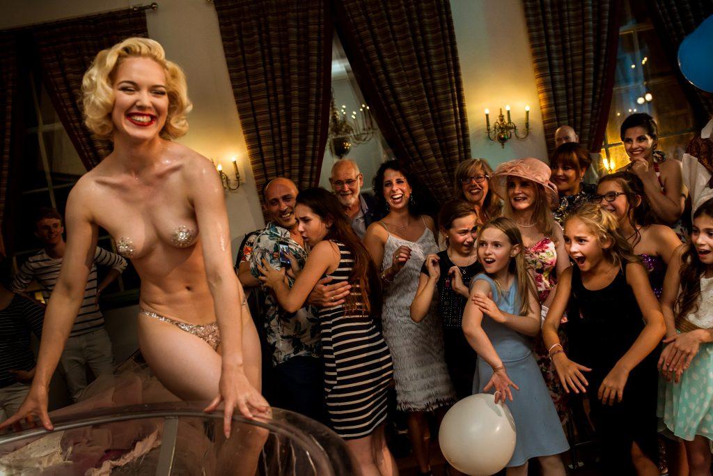Burlesque act op een bruiloft door Fay Loren