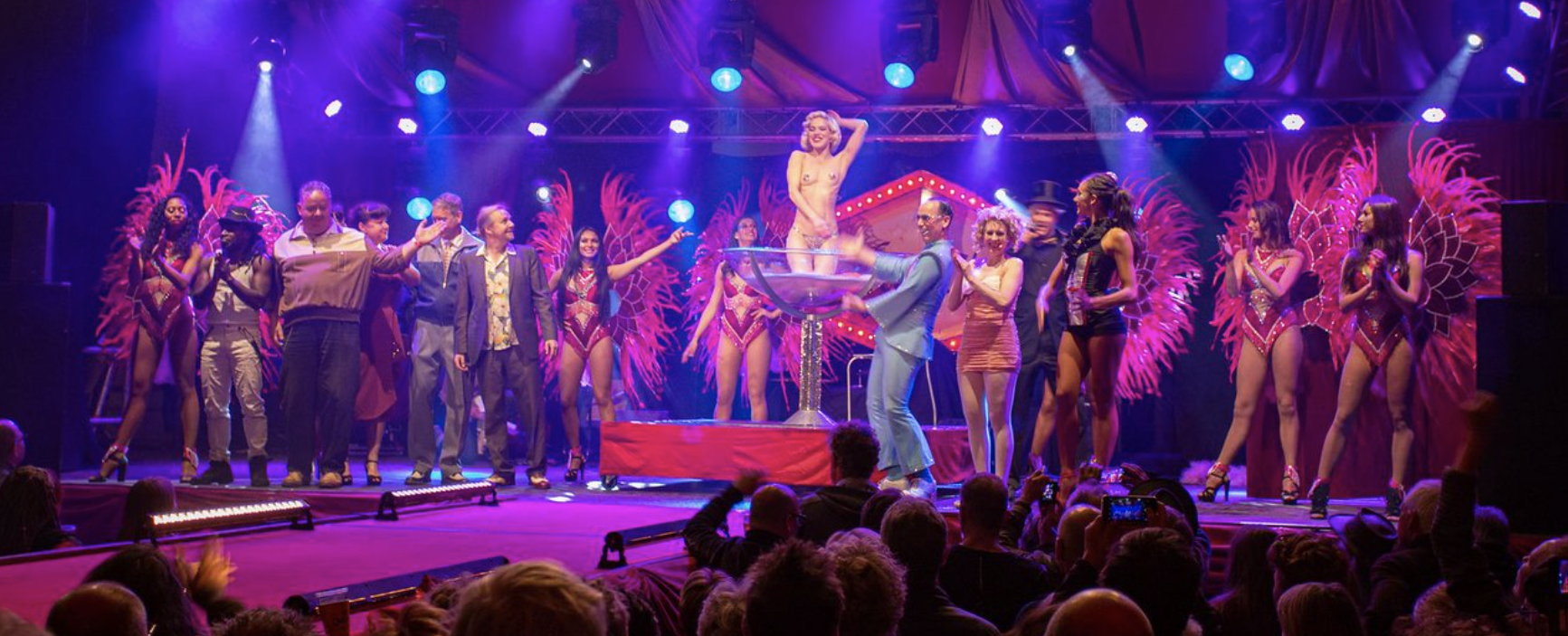 Burlesque danseres Fay Loren danst op een show samengesteld naar wens en op maat gemaakt